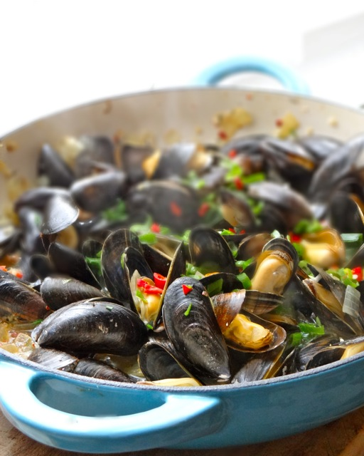 Mussels in Gingery White Wine Broth